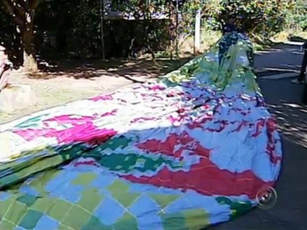Balão com vinte metros e milhares de velas caiu na Serra do Japi (Foto: Reprodução/TV Tem)