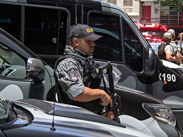 Assaltantes fazem clientes reféns em uma joalheria na Rua Barão de Paranapiacaba, na região da Sé, Centro de São Paulo (SP), no início da tarde desta terça-feira (15) (Foto: Adailton Damasceno/Futura Press/Estadão Conteúdo)