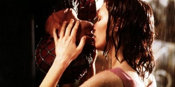 O beijo de Tobey Maguire e Kirsten Dunst em 'Homem-Aranha' (2002) (Foto: Divulgação)