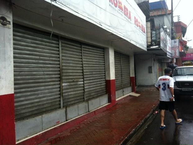 Seis funcionários foram mantidos reféns na loja (Foto: Adneison Severiano/G1 AM)