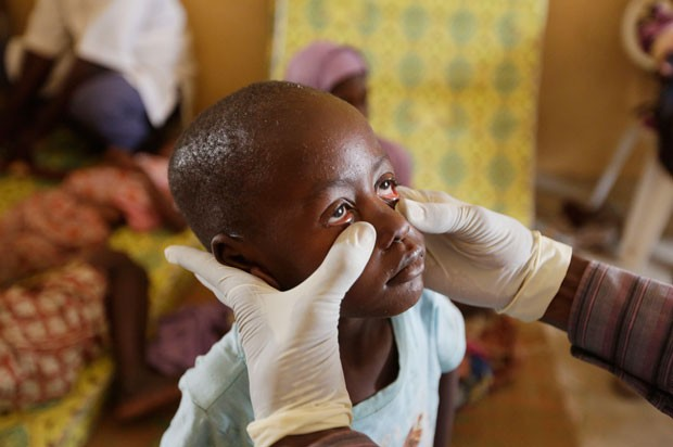 Criança libertada passa por exames médicos no campo de refugiados em Yola (Foto: Sunday Alamba/AP)