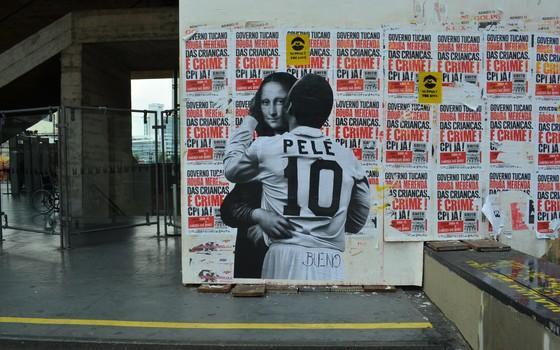Obra de Luis Bueno traz o jogador brasileiro Pelé dando um beijo em Monalisa, de Leonardo da Vinci (Foto: Luis Bueno/Divulgação)
