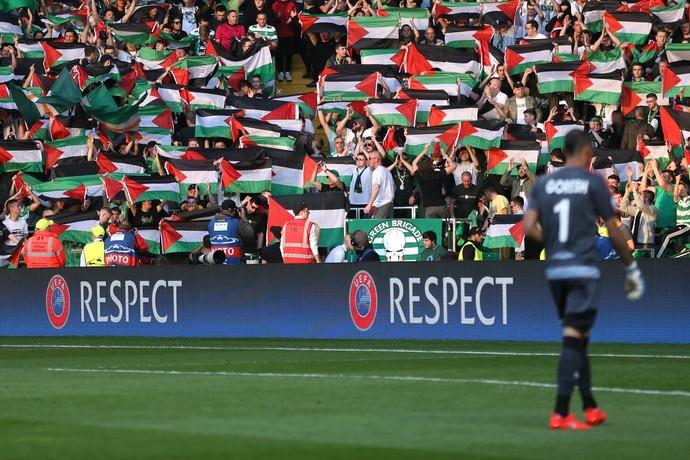 Celtic bandeira da Palestina contra o Hapoel Be'er-Sheva (Foto: Reuters)