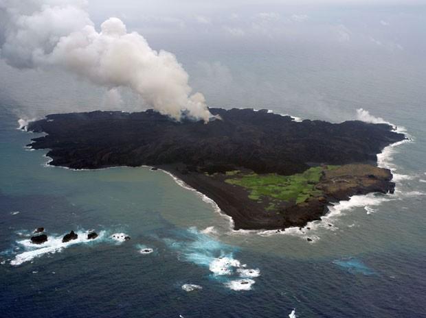 A ilha vulcânica de Nishinoshima em foto de 13 de junho de 2014. Atividade vulcânica constante pode levar ilha a afundar e gerar um tsunami (Foto: JAPAN COAST GUARD/AFP)