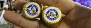 Carro alegórico da Unidos da Tijuca distribui 15 mil chocolates suíços (Leandro Cavalcanti/ G1)