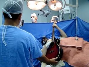 Paciente tocou durante cirurgia na cabeça que durou 9 horas em SC (Foto: Hospital Nª Sª da Conceição/Divulgação)