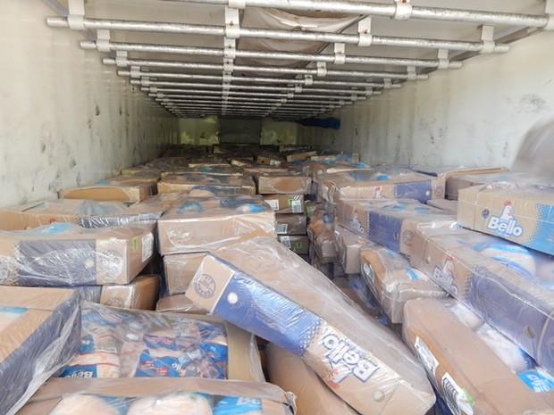 Caminhão carregava uma carga de frango congelado  (Foto: Polícia Rodoviária / Divulgação)