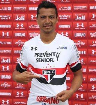 Cícero veste a camisa do São Paulo (Foto: Rubens Chiri / saopaulofc.net)
