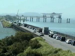 Às 11h desta sexta os veículos trafegavam com lentidão sobre a ponte de Laguna no sentido Norte da BR-101  (Foto: Reprodução RBS TV)