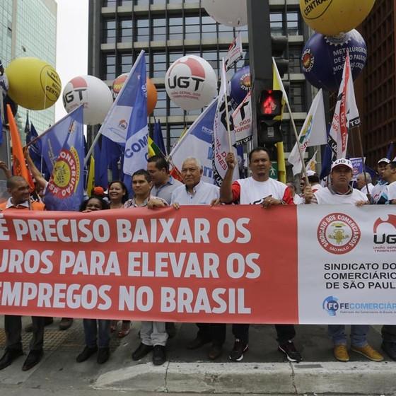 Manifestantes ligados à Força Sindical protestam na manhã desta terça-feira (19) em frente ao Banco Central, na Avenida Paulista, contra a alta taxa de juros (Foto: Nelson Antoine/FramePhoto/Ag. O Globo)