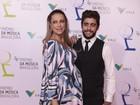 Luana Piovani exibe barrigão da gravidez em evento com marido