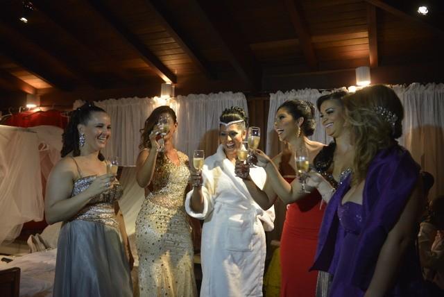Ellen Cardoso festejou com as madrinhas (Foto: Fábio Cordeiro / Revista QUEM)
