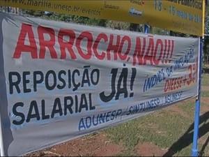 Faixas foram colocadas no campus de Marília (Foto: Reprodução / TV TEM)