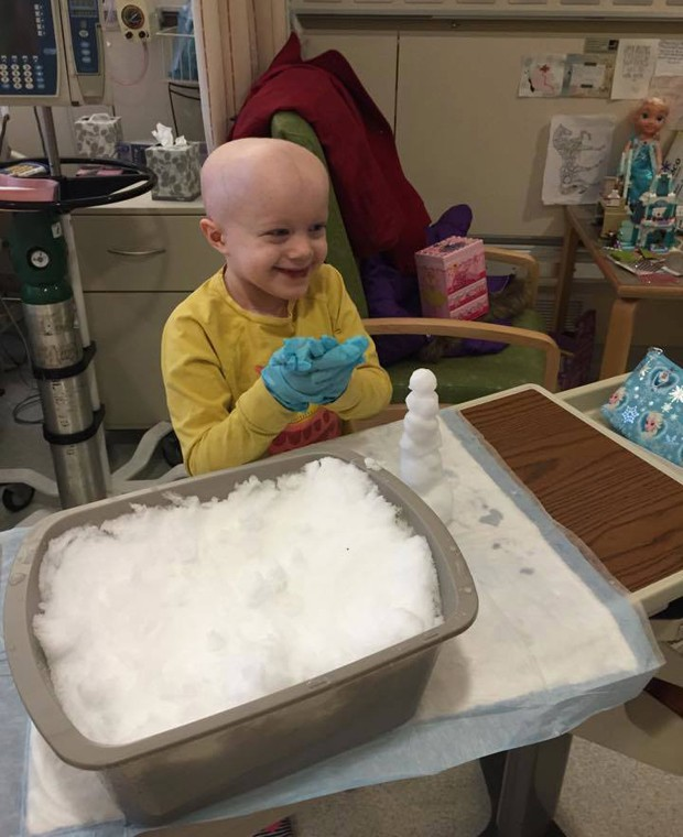 Lucy Wiese, de 7 anos, pôde brincar com neve graças a enfermeira que trouxe material para dentro do hospital (Foto: Jan Wiese/Arquivo pessoal)