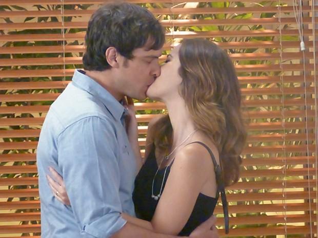 Laura não resiste e beija Caíque (Foto: Cláudia Castilho / Gshow)