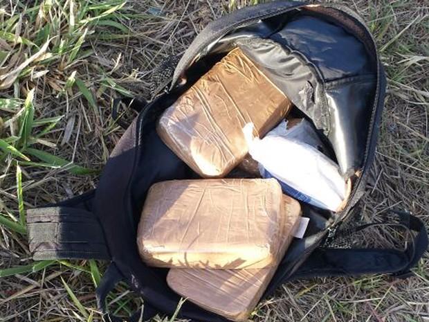 Mochila onde os 6 kg de crack estavam escondidos (Foto: Polícia Civil/Divulgação)