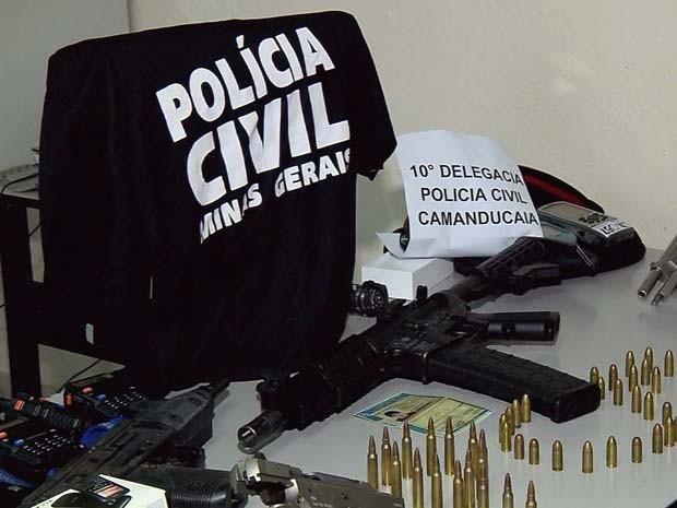 Armas e comunicadores de quadrilha também foram apreendidos pela polícia (Foto: Reprodução EPTV)