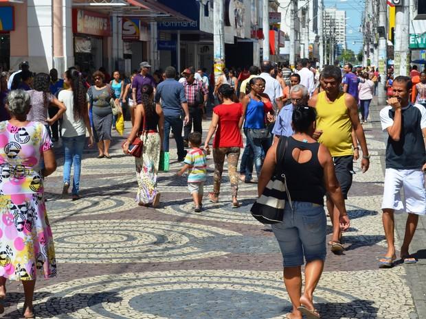 Movimento é intenso no Calçadão da João Pessoa, no Centro de Aracaju (Foto: Patricia Carvalho / G1)