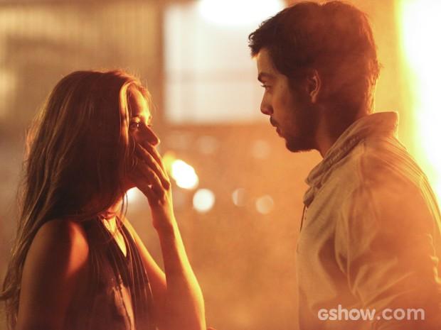 Lili fica assustada depois do beijo (Foto: Carol Caminha/TV Globo)
