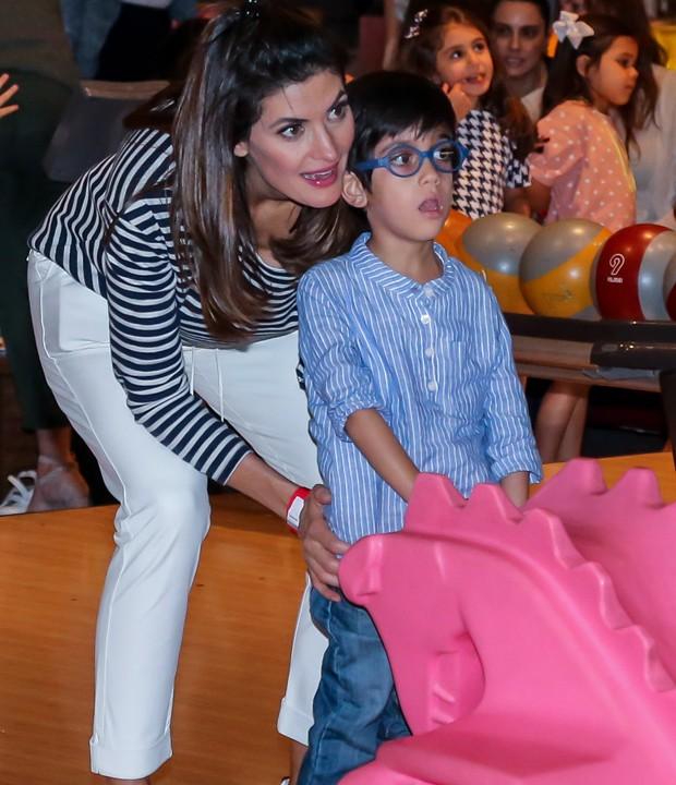 Isabella Fiorentino joga boliche com Loprenzo, um de seus trigêmeos (Foto: Manuela Scarpa/Brazil News)