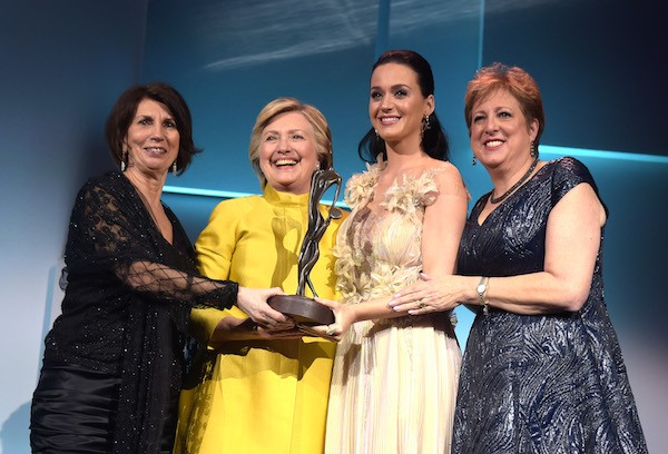 Hillary Clinton entrega o troféu da UNICEF a Katy Perry (Foto: Getty Images)