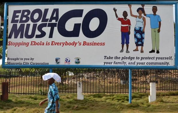 Outdoor na Libéria com a frase 'Ebola deve ir embora'; país africano foi um dos três mais atingidos pela epidemia do vírus. (Foto: Zoom Dosso/France Presse)