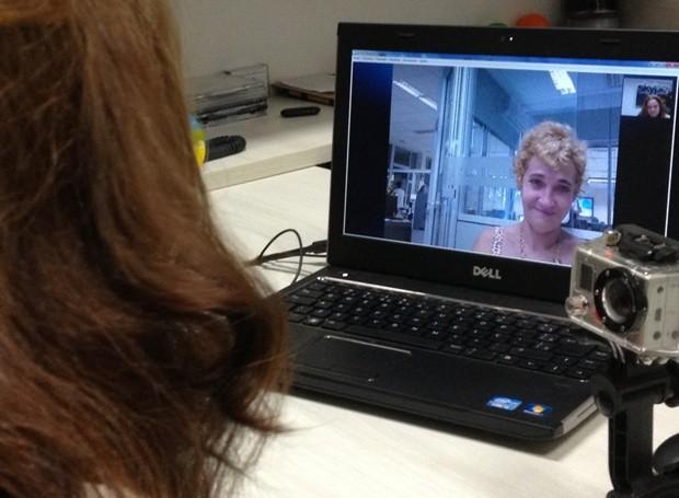 Do outro lado da tela, dona Dulce também não controlou a emoção. (Foto: Vanessa Vasconcelos/G1)