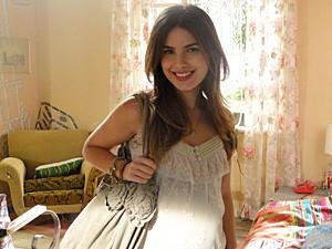 Cristal usa muita renda e fica linda! (Foto: Malhação / TV Globo)