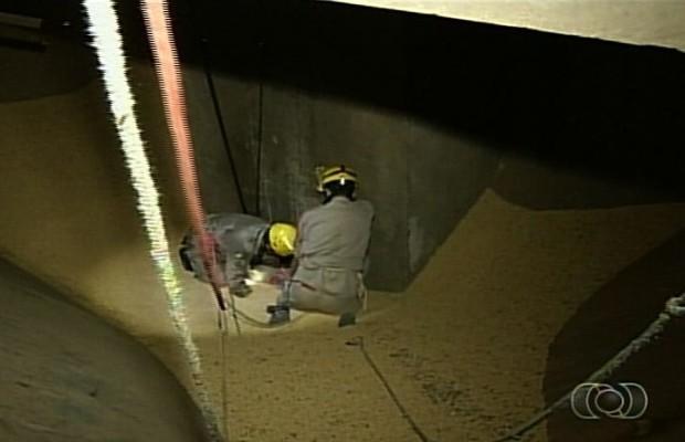 Homem foi soterrado em armazém de soja em Serranópolis, Goiás (Foto: Reprodução/TV Anhanguera)
