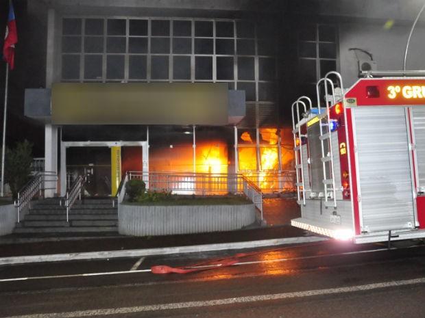 Incêndio destruiu parte da agência na região norte do estado  (Foto: Portal Sertanópolisnews)