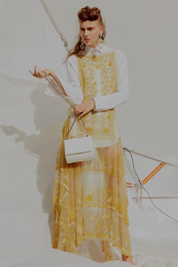 Vestido, R$ 99 mil, camisa, R$ 4.980, e sandálias, R$ 2.880, tudo Valentino. Brincos, R$ 380, Gla; bolsa, R$ 11.190, Givenchy na NK Store (Foto: Rafael Pavarotti)