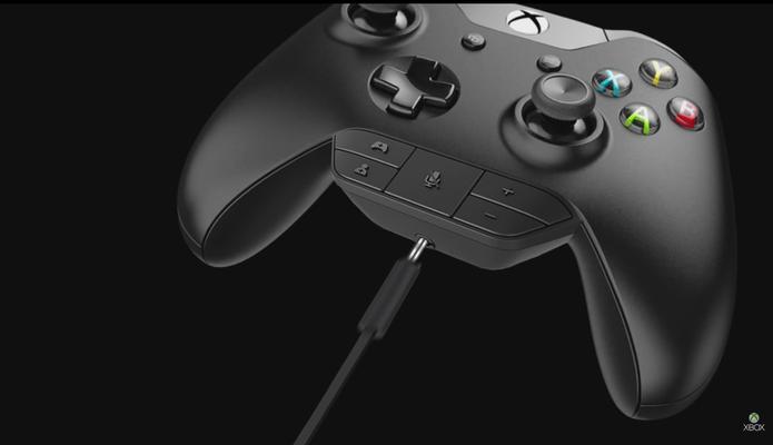 Controle do Xbox One com headset original (Foto: Reprodução/YouTube)
