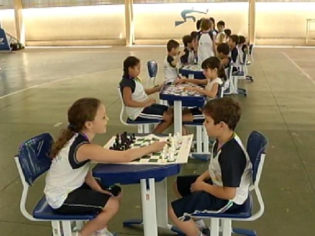 Em Votuporanga, aulas de educação física têm agora jogos de xadrez (Foto: Reprodução/TV Tem)