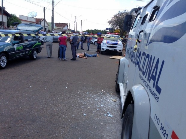Ladrão morre em troca de tiros com seguranças após roubo a carro-forte