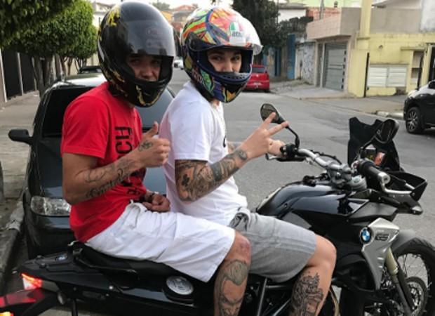 MC Gui passeia de moto com amigo (Foto: Reprodução/Instagram)