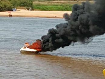 Lancha pegou fogo no Rio Araguaia neste domingo (Foto: Corpo de Bombeiros-MT)