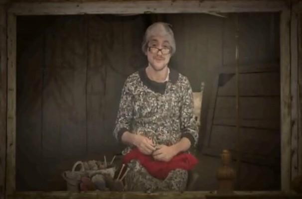 Fela grava o quadro Inteirado como uma senhora suspersticiosa (Foto: Reprodução / TV TEM)
