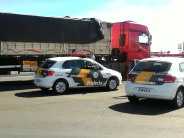 Motorista disse que receberia R$1,5 para levar a carga (Foto: Reprodução / TV TEM)