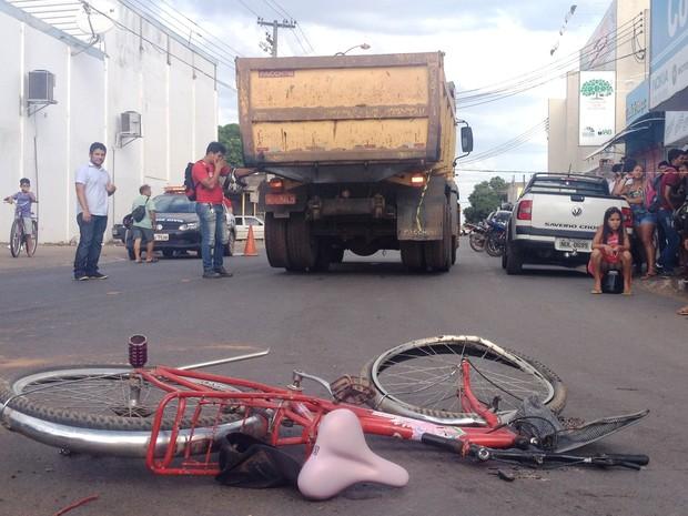 Idoso atropelado seguia em uma biclicleta no mesmo sentido da caçamba (Foto: Valéria Oliveira /G1 RR)