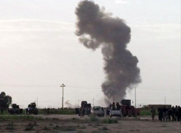 Imagem retirada de vídeo mostra fumaça após explosão durante confronto pelo controle de Tikrit, no Iraque, nesta terça-feira (3) (Foto: AP)