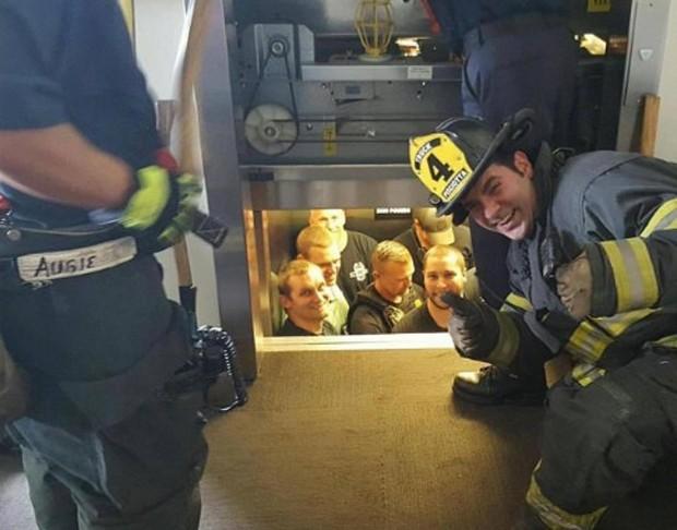 Bombeiro tirou 'sarro' ao resgatar 12 policiais presos em elevador nos EUA (Foto: Reprodução/Twitter/Gregg Favre)