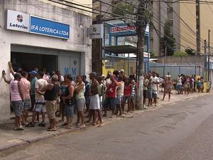 Problema no sistema causa longas filas nesta segunda-feira (31) (Foto: Reprodução/TV Bahia)