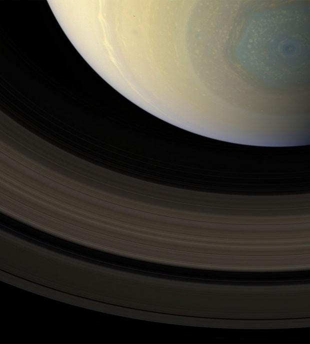 Imagem colorida mostra tempestade hexagonal em Saturno (Foto: NASA / JPL / SSI / Editado por  Val Klavans)