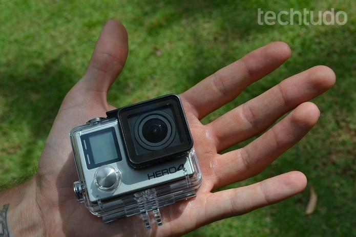 GoPro Hero 4 em mãos (Foto: Victor Teixeira/TechTudo)