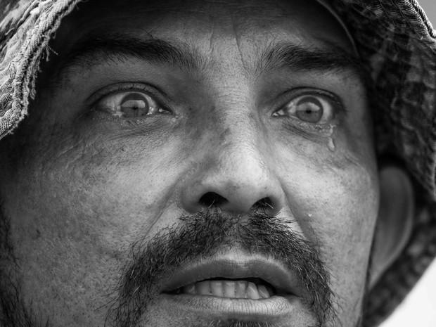 Pescador que perdeu sustento chora pela morte dos peixes, em Aimorés (MG) (Foto: Instituto Últimos Refúgios via BBC)