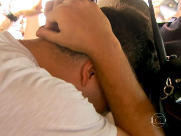 Viatura da PM leva um dos detidos pela força-tarefa pela chacina em Osasco e Barueri (Foto: TV Globo/Reprodução)