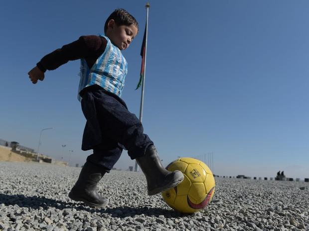Criança afegã fotografada com camisa de Messi improvisada conhecerá ídolo