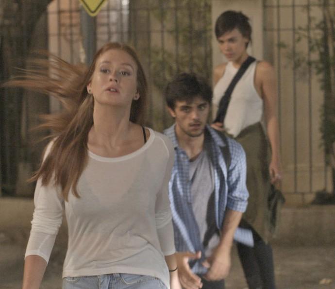 Jonatas corre atrás de Eliza após confronto com Leila (Foto: TV Globo)