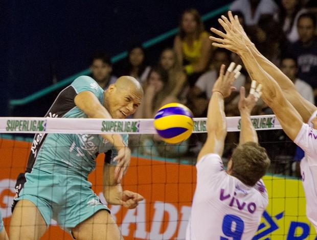 Purificação enfrenta o bloqueio do Minas na primeira partida das quartas de final (Foto: Cinara Piccolo / Piccolo & Inamine)