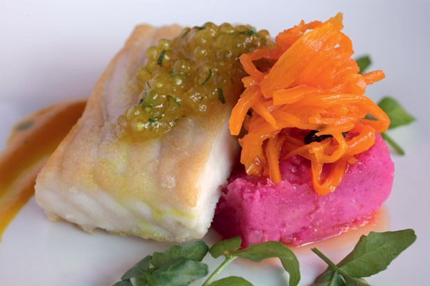 No Sol y Luna, o destaque é o filé de suribim com ovas de salmão e purê de cará com beterraba (Foto: Divulgação)